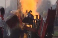 explosion a une competition de tracteur pulling