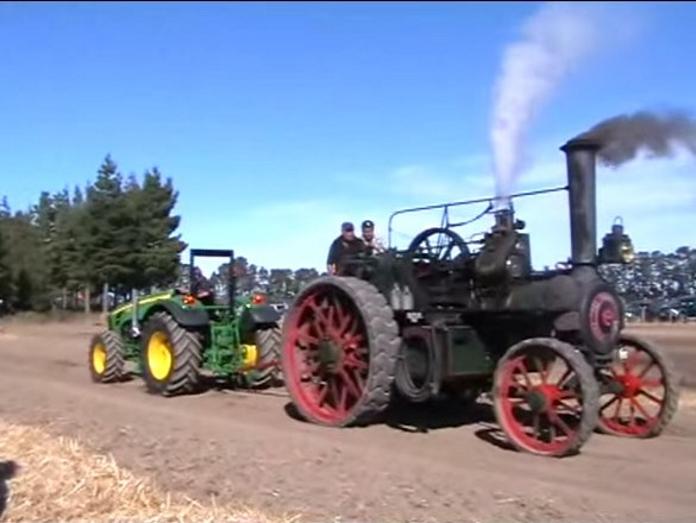 Un tracteur contre une machine locomotion du jamais vu tractopia - Histoire du tracteur ...