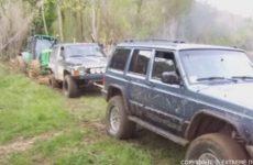 deux jeep pour tirer un tracteur coince dans la boue