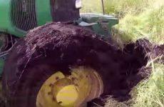 un tracteur coince dans la boue