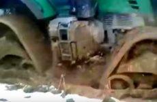 tracteur dans la boue